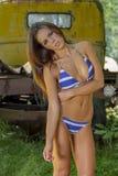Mooie Donkerbruine Bikini Modelposing outdoors in een Landelijk Milieu stock afbeeldingen