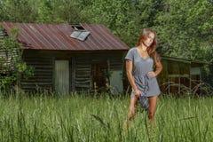 Mooie Donkerbruine Bikini Modelposing outdoors in een Landelijk Milieu stock afbeelding