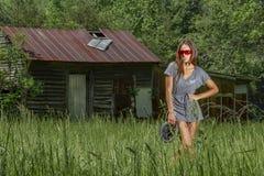 Mooie Donkerbruine Bikini Modelposing outdoors in een Landelijk Milieu stock foto