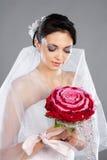 Mooie donkerbruine bruid met een boeket Stock Foto's