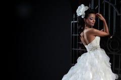 Mooie donkerbruine bruid op zwarte achtergrond Royalty-vrije Stock Fotografie