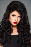 Mooie donkerbruine dame met make-up en manierkapsel stock afbeeldingen