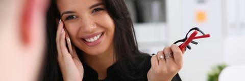 Mooie donkerbruine het glimlachen cellphone van de onderneemsterbespreking Stock Afbeelding
