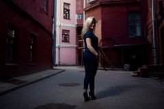 Mooie donkerbruine jonge vrouw die kleding dragen en op de straat lopen De ruimte van het exemplaar Levensstijl in de stad Stock Foto's