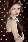 Mooie Donkerbruine Jonge Vrouw Het model van het manier glam meisje over bok Stock Afbeeldingen