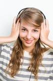 Mooie donkerbruine linhoofdtelefoons, grote glimlach. Stock Afbeelding