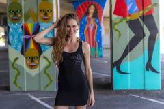 Mooie Donkerbruine Modelposing outdoors against-Graffiti royalty-vrije stock fotografie