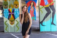 Mooie Donkerbruine Modelposing outdoors against-Graffiti stock fotografie