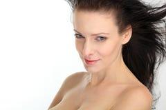 Mooie donkerbruine sexy vrouw met vliegend haar op witte achtergrond Stock Foto's