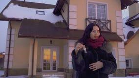 Mooie donkerbruine tribunes bij de zonsondergang met sleutels van haar nieuw huis stock videobeelden