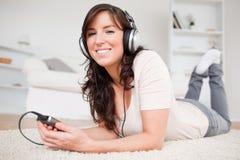 Mooie donkerbruine vrouw die aan muziek luistert Royalty-vrije Stock Afbeelding