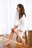 Mooie donkerbruine vrouw die badjas draagt royalty-vrije stock foto's