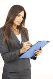 Mooie donkerbruine vrouw die een klembord houdt Stock Fotografie