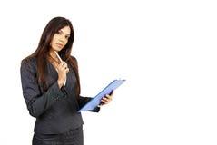 Mooie donkerbruine vrouw die een klembord houdt Stock Afbeeldingen