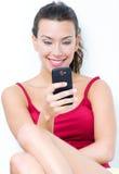 Mooie donkerbruine vrouw die mobiel kijken royalty-vrije stock afbeeldingen
