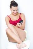 Mooie donkerbruine vrouw die mobiel kijken royalty-vrije stock foto