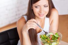 Mooie donkerbruine vrouw die salade eet Royalty-vrije Stock Foto