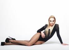 Mooie donkerbruine vrouw die zwarte modieuze lingerie dragen Stock Foto