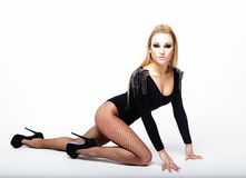 Mooie donkerbruine vrouw die zwarte modieuze lingerie dragen Royalty-vrije Stock Afbeelding