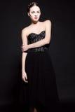 Mooie donkerbruine vrouw in elegante zwarte kleding. Royalty-vrije Stock Foto