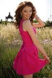 Mooie donkerbruine vrouw in het elegante kleding stellen op lavendelgebied Royalty-vrije Stock Afbeelding