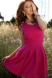 Mooie donkerbruine vrouw in het elegante kleding stellen op lavendelgebied Stock Afbeeldingen