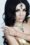 Mooie Donkerbruine Vrouw met de Indische Stijl van de Juwelenglamour Royalty-vrije Stock Afbeeldingen