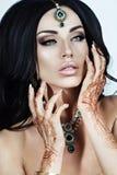 Mooie Donkerbruine Vrouw met de Indische Stijl van de Juwelenglamour Royalty-vrije Stock Foto's