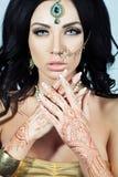 Mooie Donkerbruine Vrouw met de Indische Stijl van de Juwelenglamour Royalty-vrije Stock Foto