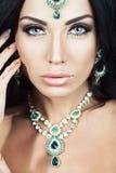 Mooie Donkerbruine Vrouw met de Indische Stijl van de Juwelenglamour Stock Foto's