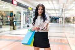 Mooie donkerbruine vrouw met dollarventilator in wandelgalerij royalty-vrije stock afbeelding