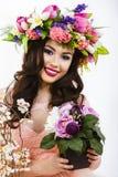 Mooie donkerbruine vrouw met een bos van de lentebloemen, make-up Royalty-vrije Stock Foto