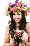 Mooie donkerbruine vrouw met een bos van de lentebloemen, make-up Royalty-vrije Stock Fotografie