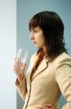 Mooie donkerbruine vrouw met glas Stock Foto's