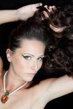 Mooie donkerbruine vrouw met juwelen Royalty-vrije Stock Foto's