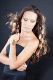 Mooie donkerbruine vrouw met juwelen Stock Fotografie
