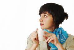 Mooie donkerbruine vrouw met koffiekop Stock Fotografie