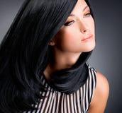 Mooie donkerbruine vrouw met lang zwart recht haar Stock Afbeeldingen
