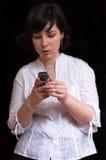 Mooie donkerbruine vrouw met mobiel stock afbeeldingen
