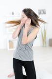 Mooie donkerbruine vrouw met oortelefoons het dansen Stock Foto's