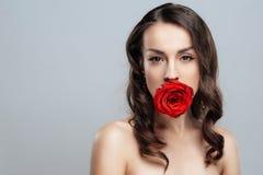 Mooie donkerbruine vrouw met rode lippenstift op lippen Close-upmeisje met mooie samenstelling Royalty-vrije Stock Afbeelding