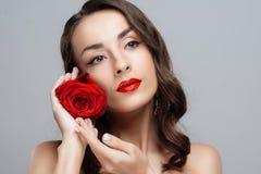 Mooie donkerbruine vrouw met rode lippenstift op lippen Het close-upmeisje met nam toe Stock Afbeelding