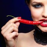 Mooie donkerbruine vrouw met Spaanse peperpeper royalty-vrije stock afbeelding