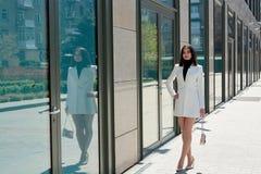 Mooie Donkerbruine Vrouw Modern stedelijk vrouwenportret Manier bedrijfsstijlkleren royalty-vrije stock foto