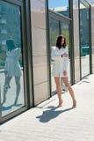 Mooie Donkerbruine Vrouw Modern stedelijk vrouwenportret Manier bedrijfsstijlkleren stock foto