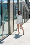 Mooie Donkerbruine Vrouw Modern stedelijk vrouwenportret Manier bedrijfsstijlkleren stock foto's