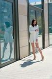 Mooie Donkerbruine Vrouw Modern stedelijk vrouwenportret Manier bedrijfsstijlkleren royalty-vrije stock afbeeldingen
