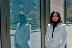 Mooie Donkerbruine Vrouw Modern stedelijk vrouwenportret Manier bedrijfsstijlkleren stock fotografie