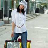 Mooie donkerbruine vrouw na het winkelen royalty-vrije stock foto