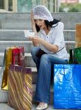 Mooie donkerbruine vrouw na het winkelen stock foto's
